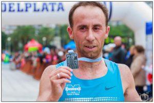 Mariano Mastromarino muestra su medalla de ganador en los 21k (Foto: Diego Landi)