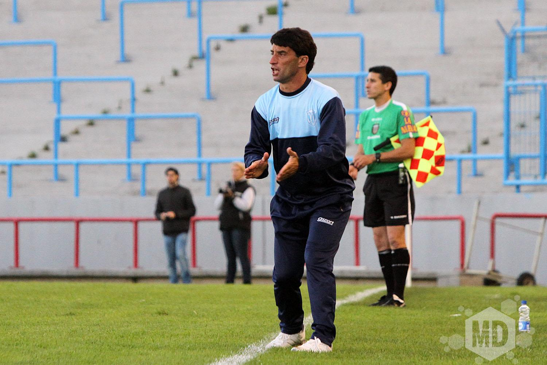 Gustavo Noto alienta a sus jugadores de cara a la final del domingo. (Foto: Carlos De Vita)