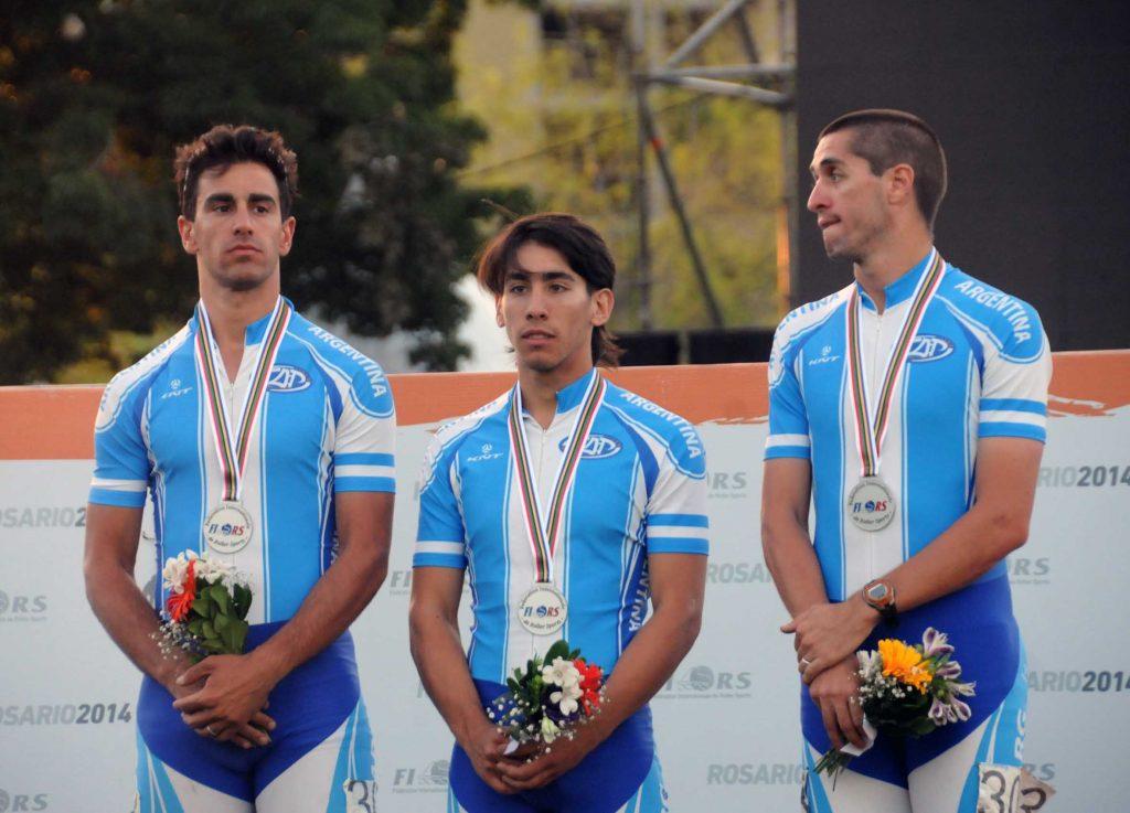 Juan Cruz Araldi, Ken Kuwada y Ezequiel Capellano en el podio de los relevos.