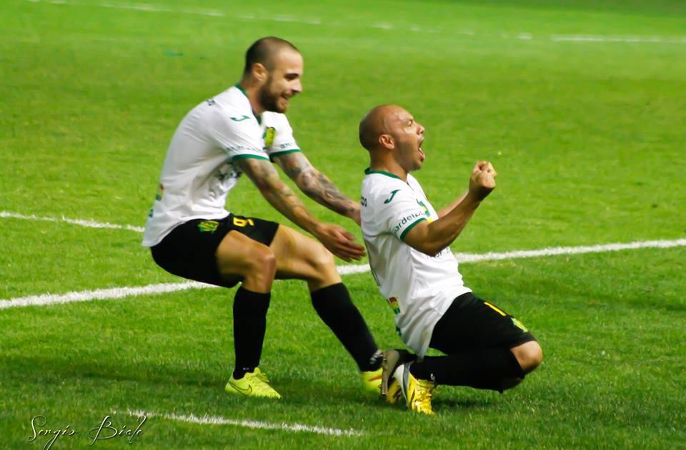 César Carranza celebra con el alma el gol que le dió el triunfo a Aldosivi sobre la hora. (Foto: Sergio Biale)