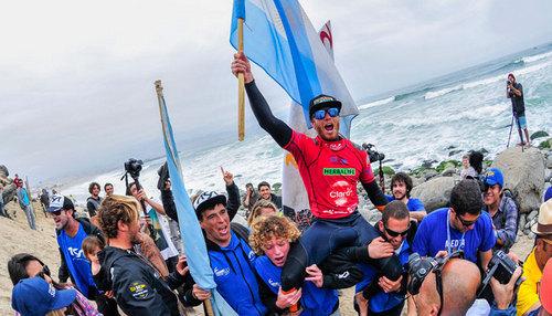 Leandro Usuna festeja en andas su título de campeón mundial.
