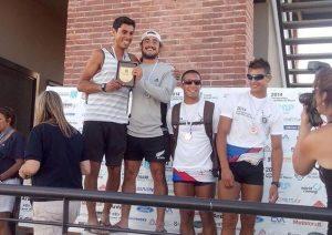 Los marplatenses Luis Doeyo e Ignacio Pezzente recibiendo el premio a su 1º puesto.