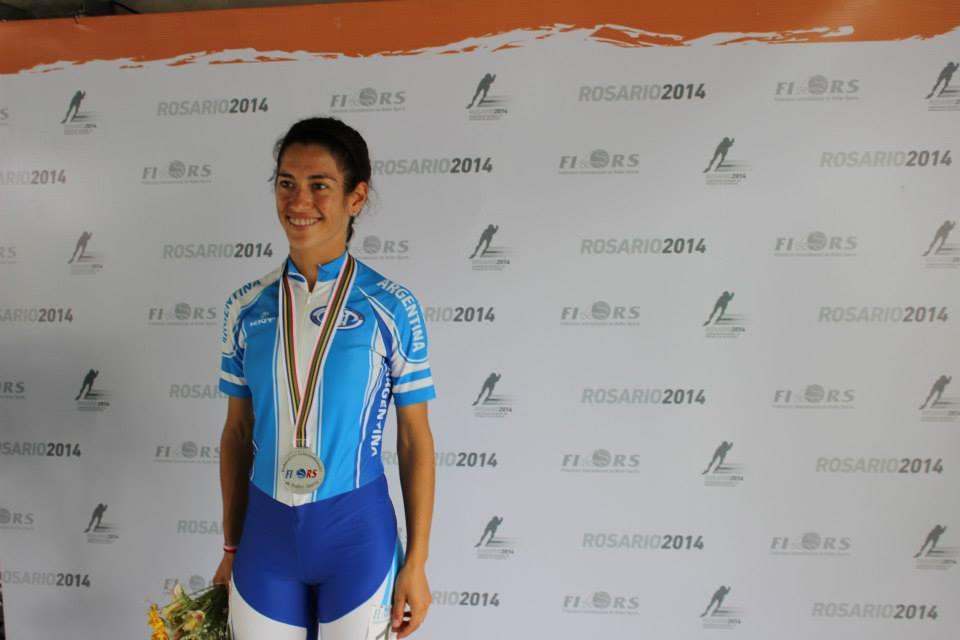 Maira Arias con una de sus tres medallas de plata en el Mundial. (Foto: Patin Argentino)