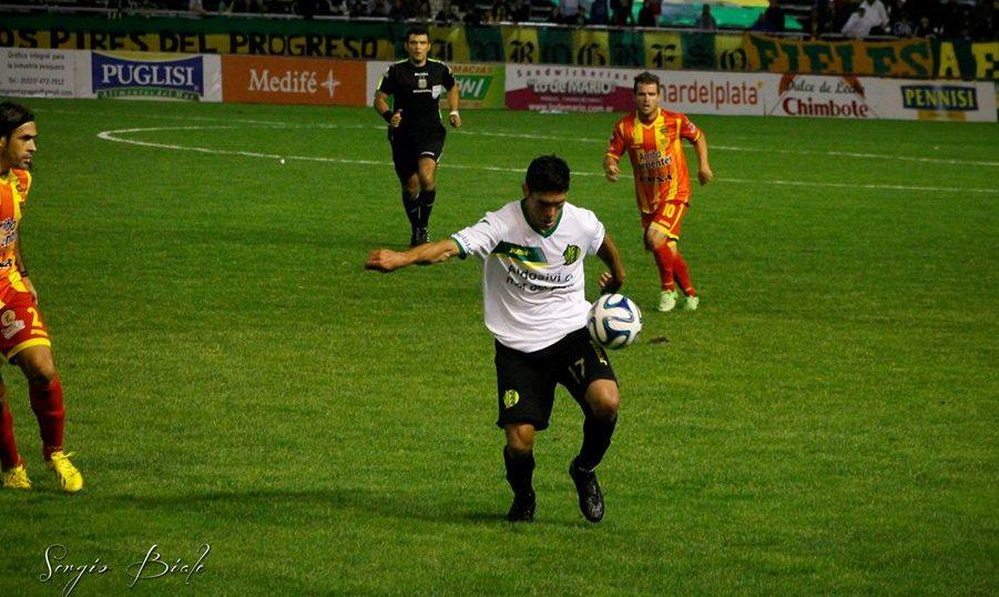 Ángel Vildozo dominando el balón ante Boca Unidos. (Foto: Sergio Biale)