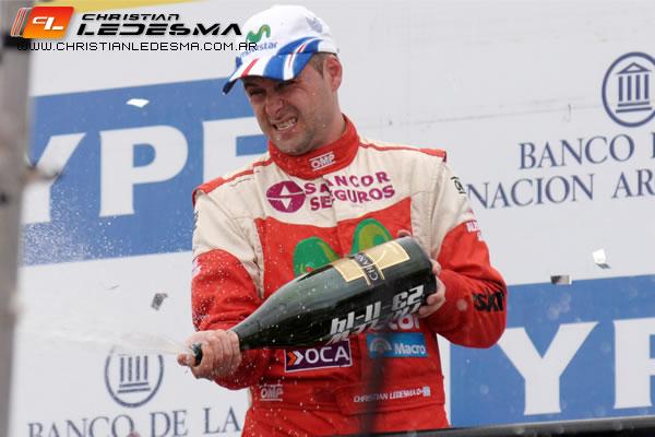 Christian Ledesma celebra el tercer puesto que le permite llegar a la última fecha con chances de ser campeón.