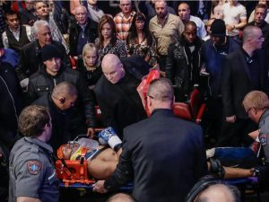 Al bajar del ring, Roberto Bolonti fue rodeado por los espectadores y la seguridad.