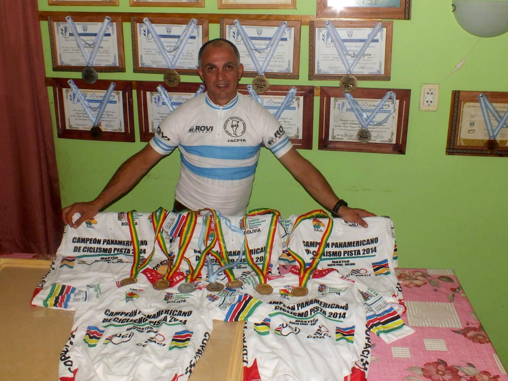 Daniel Rodríguez posa con sus camisetas y medallas.