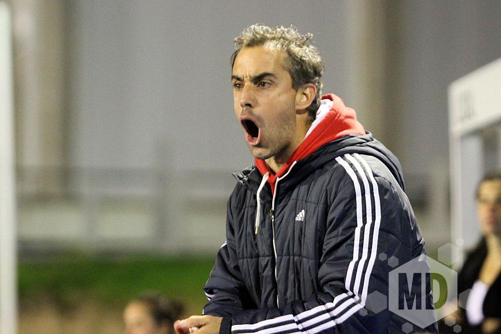 La arenga de Franco Pezzelato a sus jugadoras (Foto: Carlos De Vita)