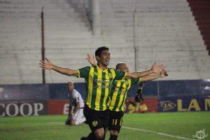 Ángel Vildozo celebra su gol, el del ascenso. (Foto: Diego Roscop - La Mañana de Córdoba)