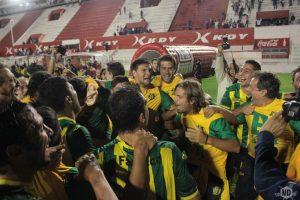El festejo descontrolado de los jugadores de Aldosivi. (Foto: Diego Roscop - La Mañana de Córdoba)
