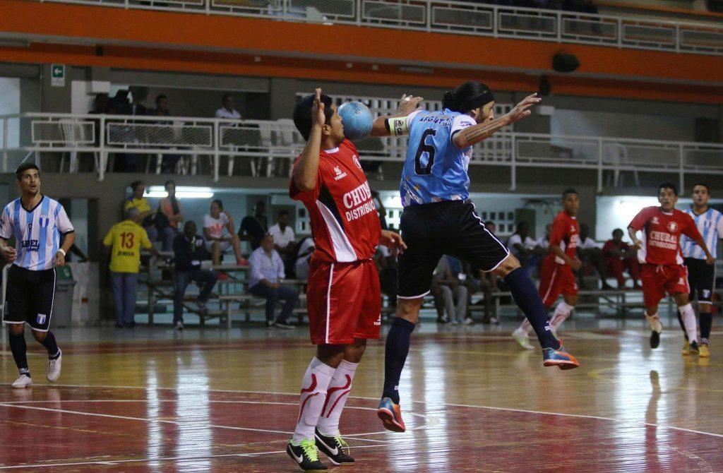 El capitán argentino, Fabián Banegas, luchando por el balón. (Foto: Futsal Con Nivel)