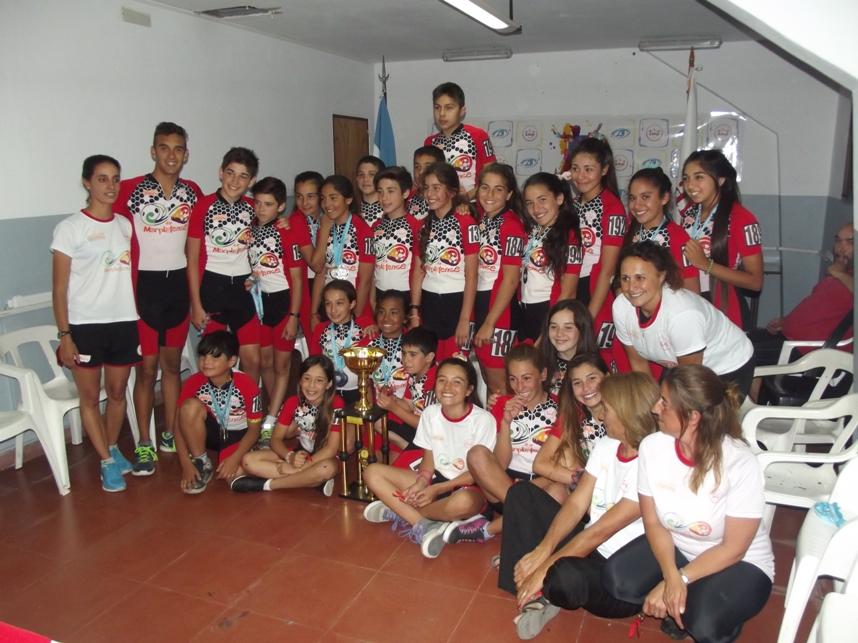 La Selección de Mar del Plata posando con la copa de campeón.