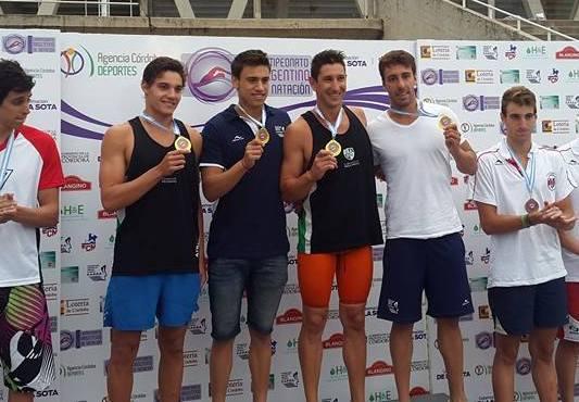 Los integrantes de la posta 4x100 libre de Once Unidos con su medalla de oro.