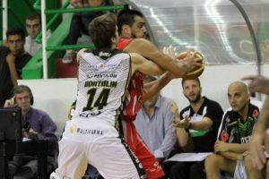 El partido fue muy intenso, como lo demuestra Elsener marcando a Diego Romero. (Foto: Carlos De Vita)