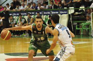 Santiago Scala, una de las figuras del juego, marcado por Luciano Massarelli. (Foto: Prensa LNB)