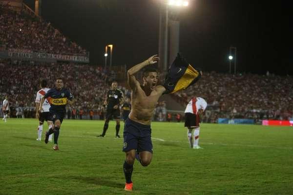 Cristaldo ya convirtió el gol y se saca la camiseta para festejar. (Foto: Olé)