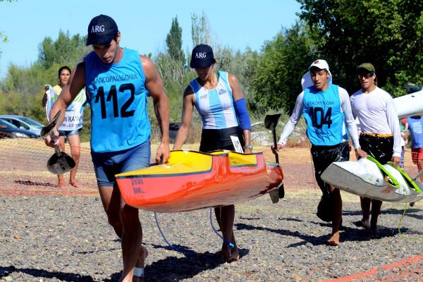 Federico Álvarez, con la remera blanca en el bote 104, competirá en el Tigre.