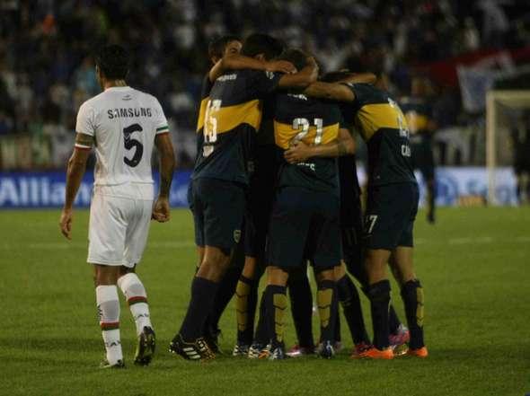 Los jugadores de Boca celebran el gol de Colazo, mientras el marplatense Fabián Cubero se aleja. (Foto: Olé)
