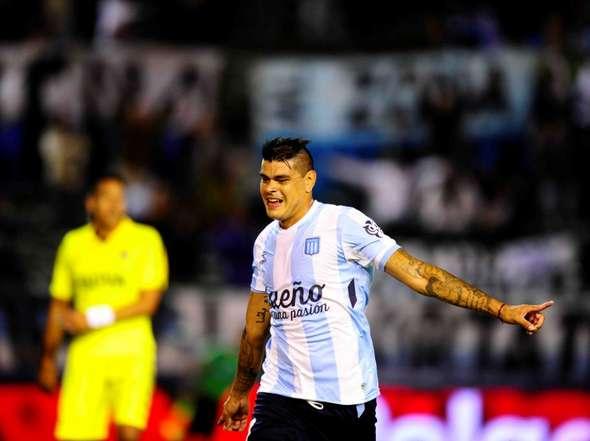 Gustavo Bou celebrando uno de sus goles a Boca en el Minella. (Foto: Olé)