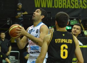 Leonardo Gutiérrez busscando el aro. (Foto: Prensa LNB)