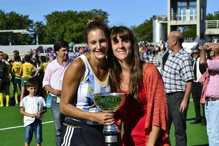 La copa más importante que levantó Luciana Aymar junto a Las Leonas, acercar a miles de nenas y mujeres argentinas a practicar deporte. (Foto: Diego Landi)