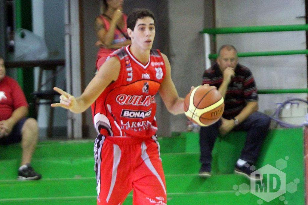 Luca Vildoza indicando la jugada que iban a desarrollar. (Foto: Carlos De Vita)