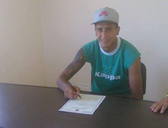 Santiago Rosales firmando su primer contrato con Aldosivi.