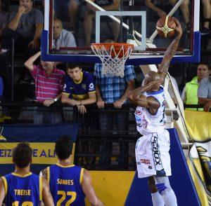 Giddens a punto de volcarla con la mano en la nuca. (Foto: Prensa LNB)