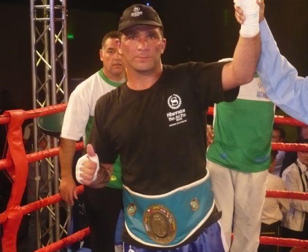 Rubén Acosta ganó por puntos y le quitó el invicto a Mansilla.