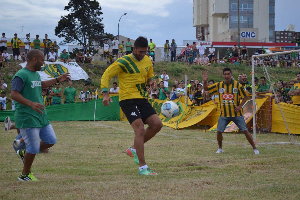 Los jugadores se divirtieron, por ejemplo, con Ángel Vildozo al arco. (Foto: Sebastian Silva)