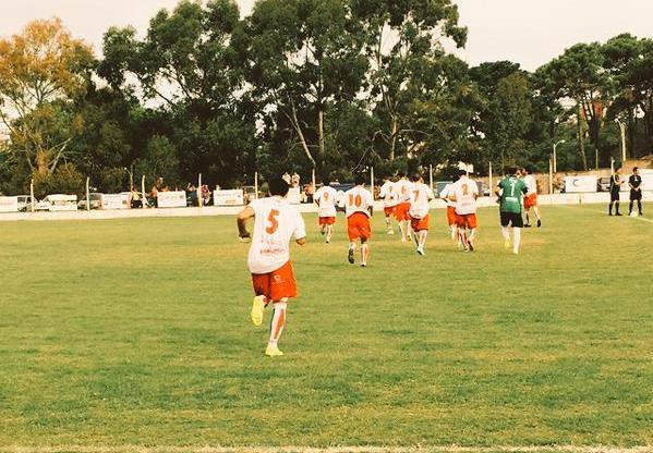 Los jugadores de Círculo Deportivo saltando al campo de juego en Villa Gesell. (Foto: Twitter)
