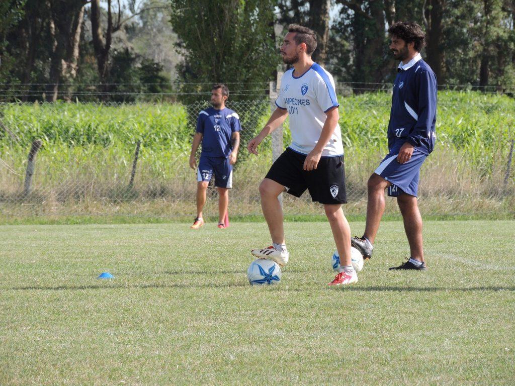 Emanuel González en la práctica de fútbol desarrollada hoy.