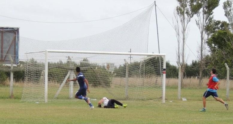 El gol de Molina que abrió la cuenta en el amistoso de hoy. (Foto: Alvarado)