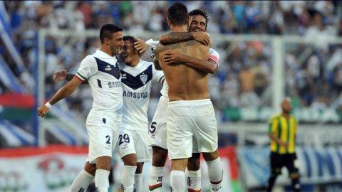 Milton Caraglio celebra el gol que cerró el partido ante Aldosivi con el marplatense Fabián Cubero que envió el centro.