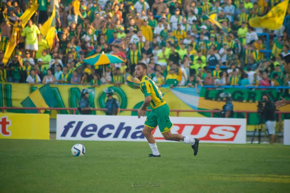Lamberti con el balón dominado y la tribuna de fondo. (Foto: Sergio Biale)