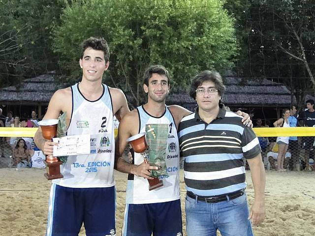 Ian Mehamed, en el medio de la foto, con su copa en mano. (Foto: Ángel Aulisi)