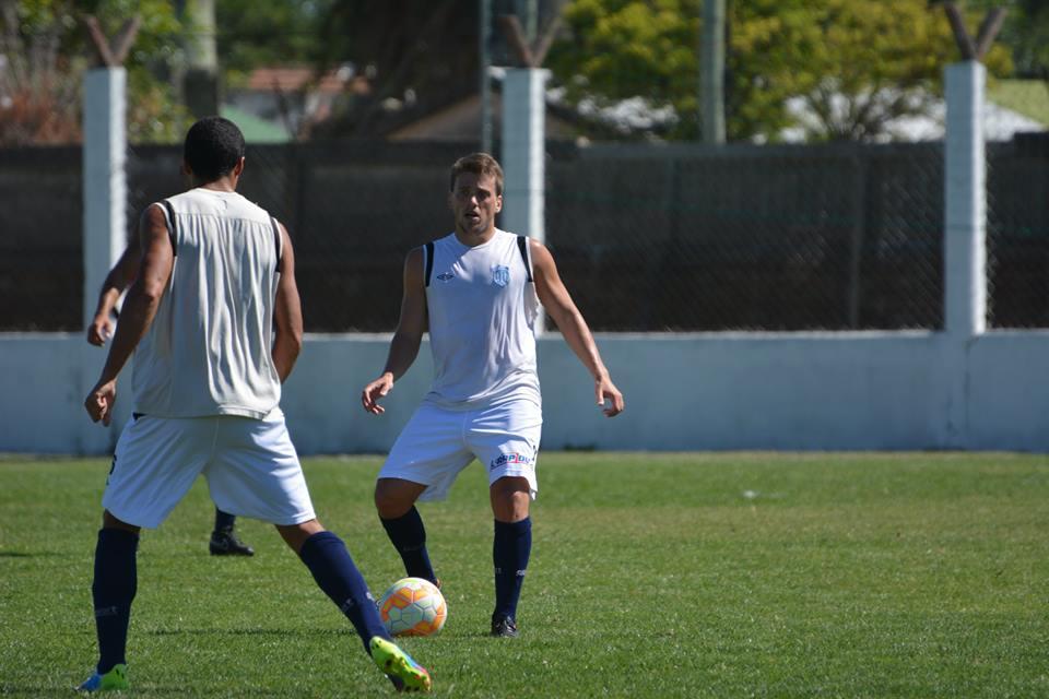 Juan Alesandroni entrenará diferenciado pero puede llegar al partido del sábado. (Foto: Pedro Celano)