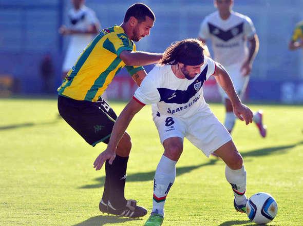 Federico León tuvo un particular duelo toda la tarde con Mariano Pavone en el partido ante Velez.