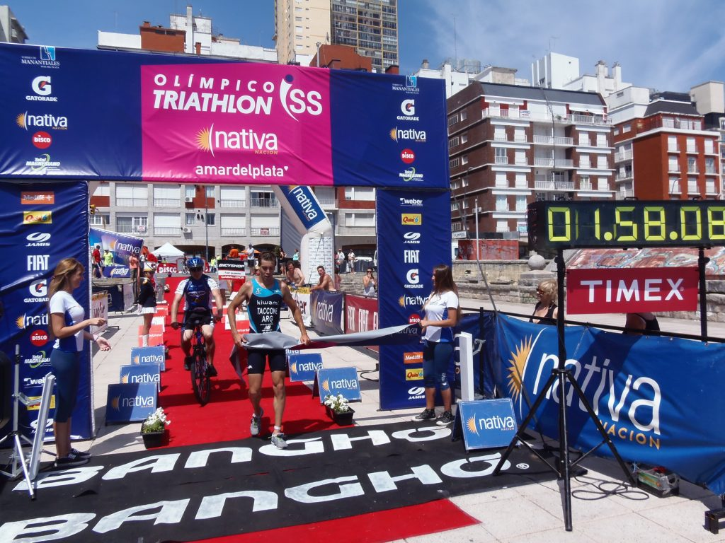 Luciano Taccone llegando en el Triatlón Olímpico de Mar del Plata.