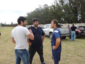 Facundo Moyano y Emiliano Montes hablando con Gustavo Gatti.