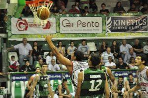 Maximiliano Maciel camino a convertir 2 puntos màs. (Foto: John Low - LNB)