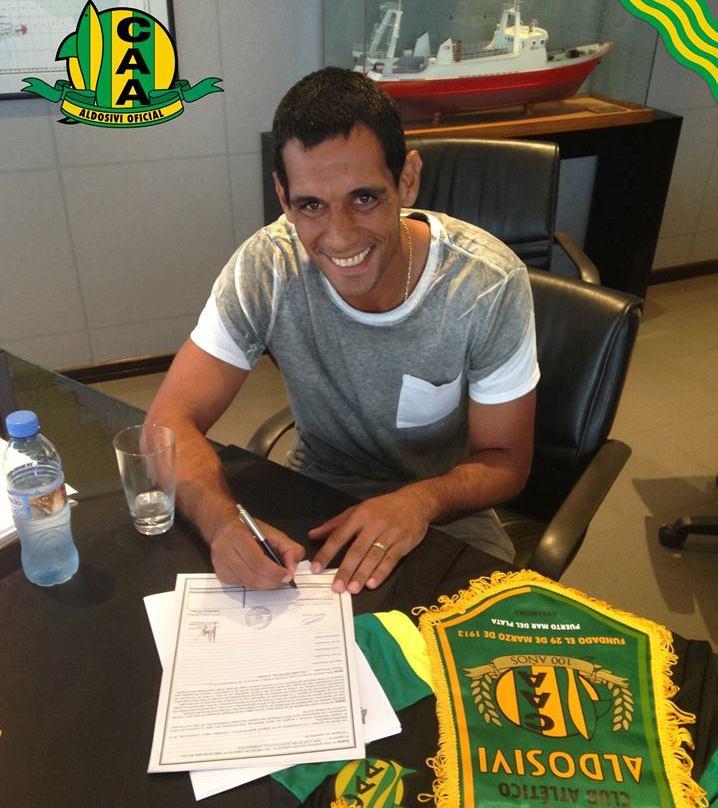 José Sand firmando el contrato que lo liga hasta fin de año con Aldosivi. (Foto: Aldosivi Oficial)