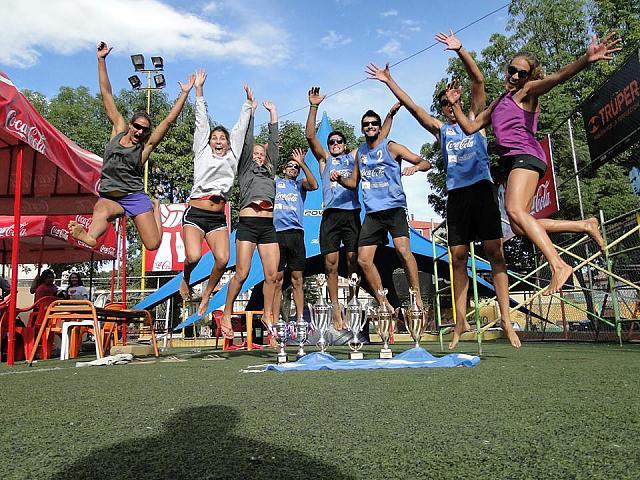 Los argentinos celebrando los trofeos obtenidos. (Foto: FEVA)
