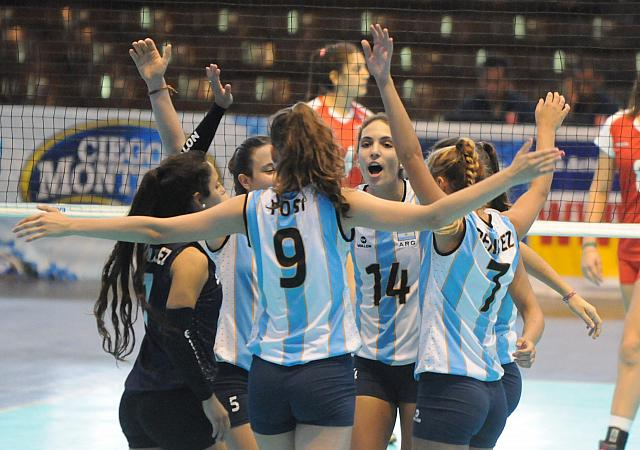 Azul Benítez participando del abrazo del Seleccionado U18. (Foto: FEVA)