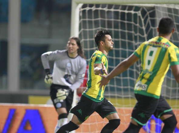 Gastón Díaz celebra el gol que le dio el triunfo a Aldosivi. (Foto: Olé)