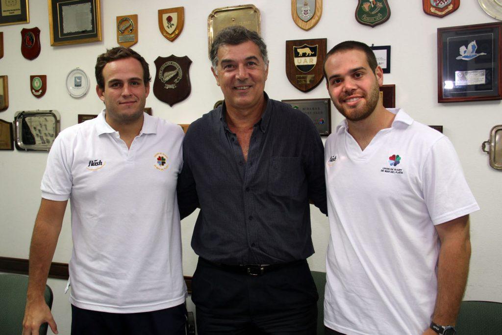 Después de firmar sus contratos, los oficiales posan con el presidente de la URMDP, Mariano De Pablo (Foto: Carlos De Vita)