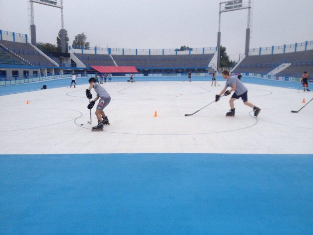 Los juniors entrenando en la pista central del Patinódromo Local.