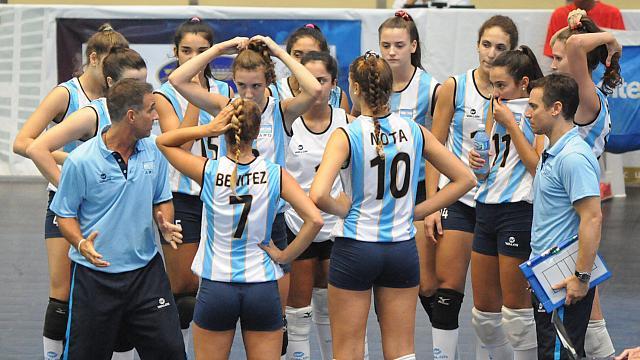 Azul Benitez de espaldas, es la capitana de la Selección Argentina U18. (Foto. FEVA)