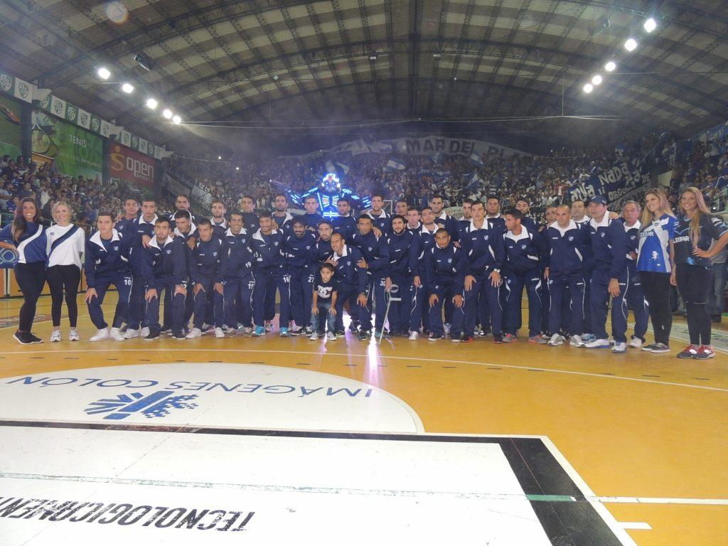 Los jugadores posan con la tribuna y Tron. (Foto: Prensa Alvarado.)