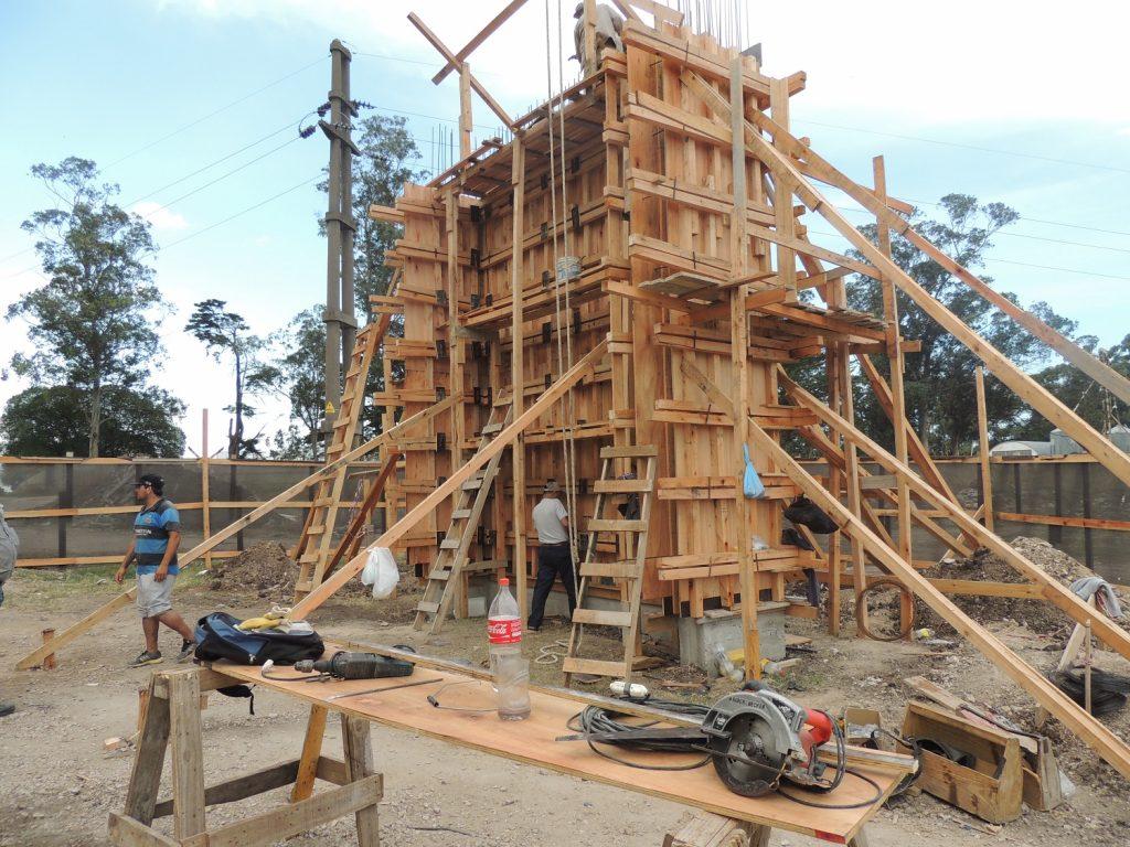 Parte de la construcción del arco de entrada al predio de Alvarado. (Foto: Prensa Alva)